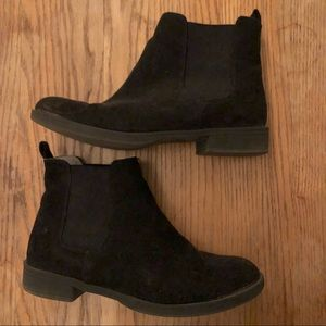 Black Sherpa-lined Chelsea boots
